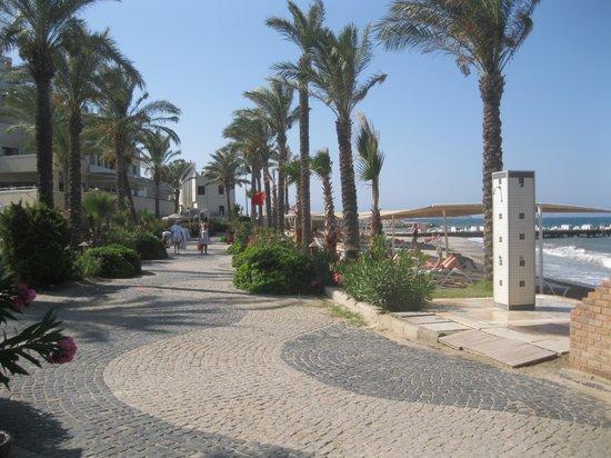 Cemre Hotel: The Boardwalk - towards Turgutreis
