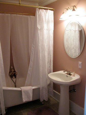 Chez Dube Country Inn: Claw-foot Tub Victorian style