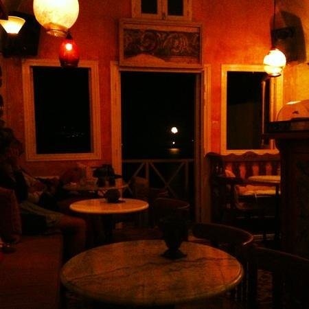 Meteor Cafe: intirior of a must visit cafe in oia