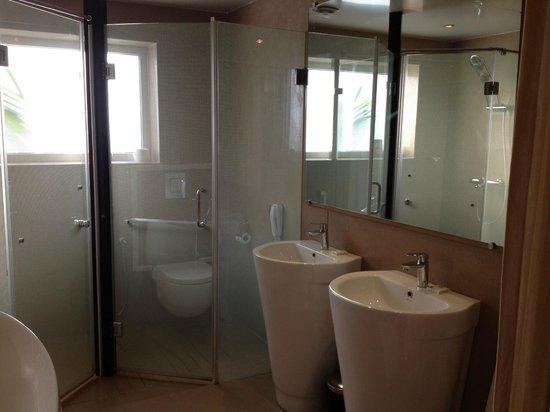 ไวท์เพิร์ล สวีต: Bathroom