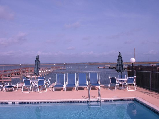 Waterside Inn: Pool overlooks the Cheseapeake Channel