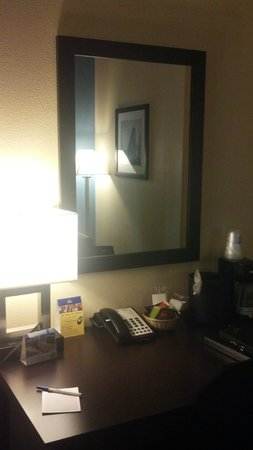 Best Western Plus Arlington North Hotel & Suites: desk