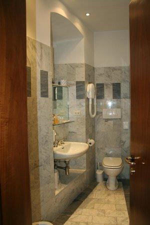Palazzo dal Borgo Hotel Aprile: Salle d'eau
