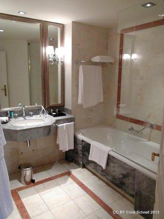 Tiara Chateau Hotel Mont Royal Chantilly : Bathroom