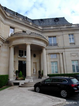 Tiara Chateau Hotel Mont Royal Chantilly : The old chateau entrance into the restaurant