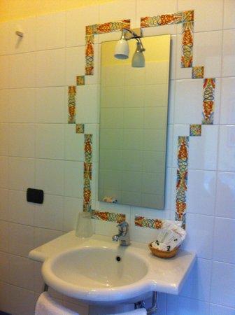 La Rosa Tea: Dettaglio cornice bagno decorata con tessere d'artigianato locale