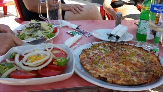 Cafeteria Olimpia: Salad with Sardinas, tomato salad & pepperoni pizza.