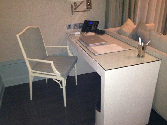 Oriental Residence Bangkok: Desk