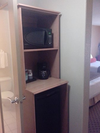 Mountain Retreat Hotel: microwave, drip coffee maker, bar fridge below
