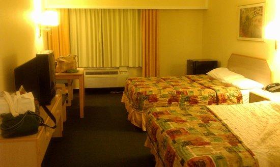 Rodeway Inn Azusa: Second floor room, two queen beds