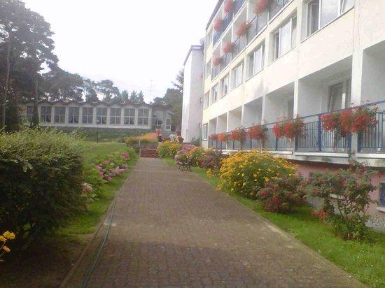 Bocianie Gniazdo Hotel: Hoofd gebouw, tuin en restaurant