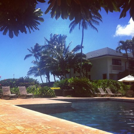 Poipu Kapili: Lounging in the shade by the pool