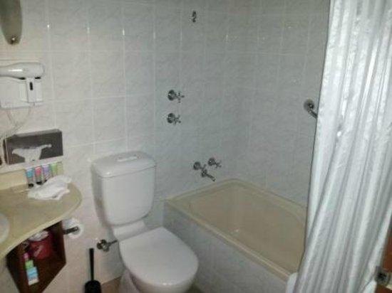 Adelaide Inn: Bathroom