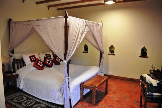 Dwarika's Hotel: Deluxe room (bed)