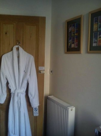 Invernevis B&B: Single bedroom with the super fluffy bathrobe