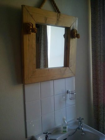 Invernevis B&B: Single bedroom sink but you have use of the shared bathroom which is kept super clean