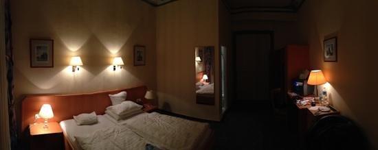 Hotel Carmer 16 : oda yüksek tavan ve ferah
