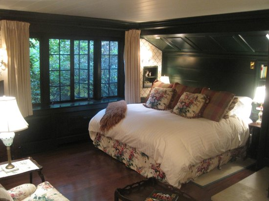 The Lodge at Glendorn: The spacious Green Suite.