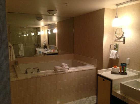 The Highland Dallas: jetted tub for two