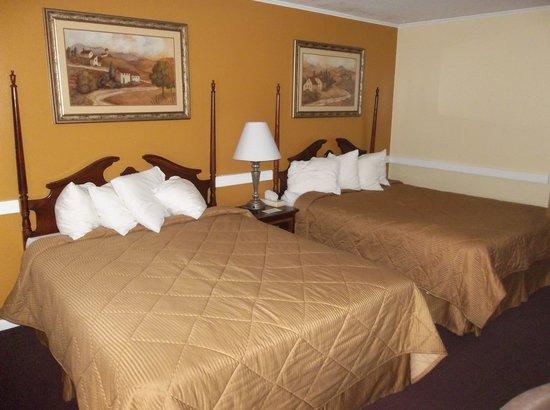 تشيري لان موتور إن: Bed with 4 pillows