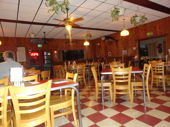 Charlie's Seafood Restaurant: Back to the 50's, even the back bar, really cool.