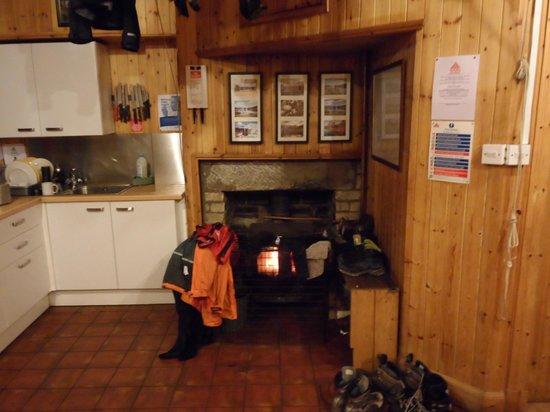 Loch Ossian Youth Hostel: Loch Ossian Hostel - Kitchen & Dining Room