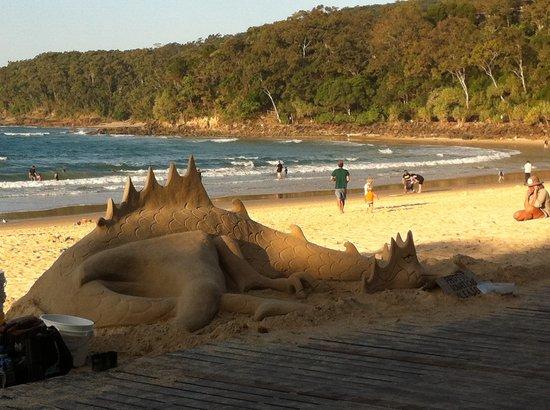 Noosa Main Beach: Dragon Sand Sculpture