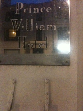 Prince William Hotel: At the entrance of the hotel