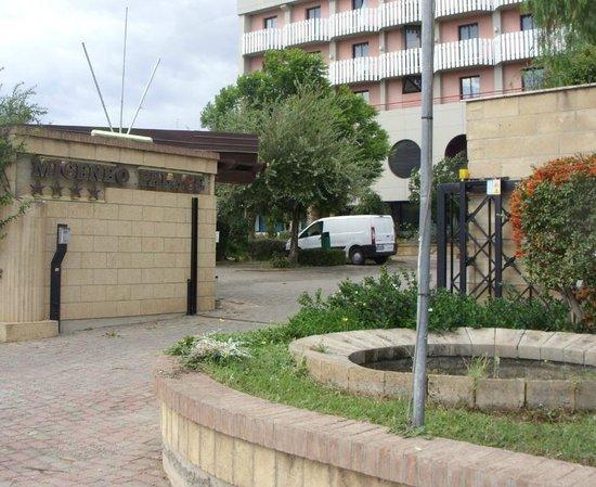 Ingresso del 'Miceneo Palace Hotel' di Scanzano