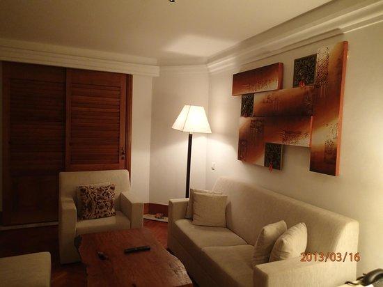 Nusa Dua Beach Hotel & Spa: 実際に泊まった部屋の室内。(玄関のある部屋、ちなみに私はここに補助ベッドを置いてもらって、ひとりで寝ました。)