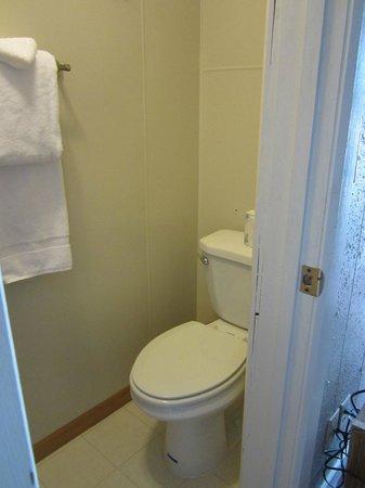 Big Horn Motel: Single (gf) room shower and stool area