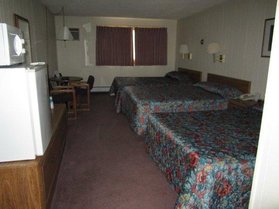 Big Horn Motel: Three queen garden level (gl) room