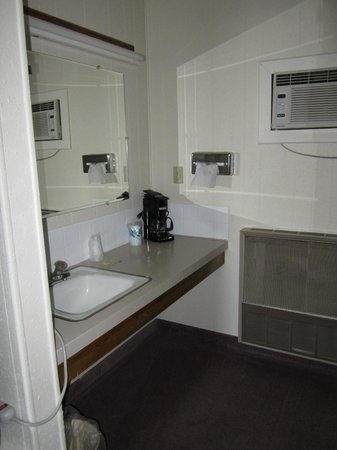 Big Horn Motel : Queen/full (gf) sink area