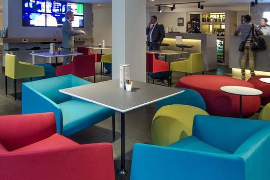 Holiday Inn Express London- Southwark: Stay Informed Watching the News in a Newly Refurbished Lobby