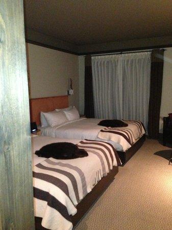 Hôtel-Musée Premières Nations : Chambre avec peaux de castor sur les lits