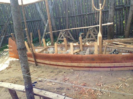 Hôtel-Musée Premières Nations : Présentation d'une fabrication de canot