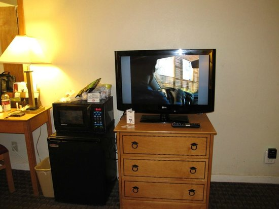 Bay Bridge Inn: Nice LCD TV At least