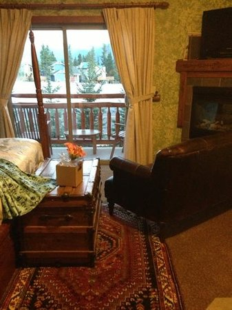 A Bear and Bison Canadian Country Inn : this photo doesn't do any justice for my room which included a fireplace, jetted tub, mountain v