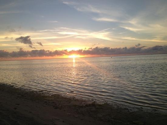 Tamanu Beach Resort: Sunset at Tamanu Beach