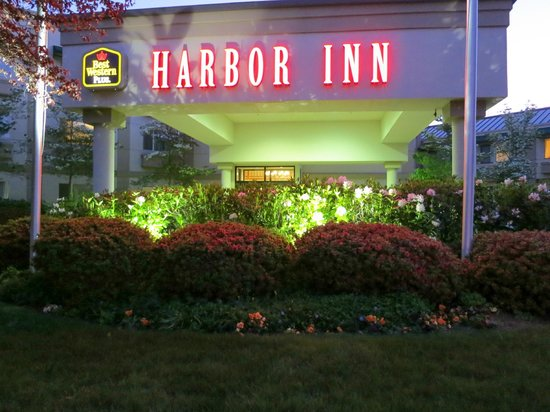 Best Western Plus Edmonds Harbor Inn: Harbor Inn Night Lights