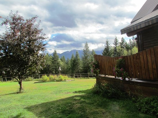 Kicking Horse Canyon B&B: Side yard