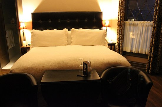 Cabernet House, an Old World Inn: The bed in Chocolat