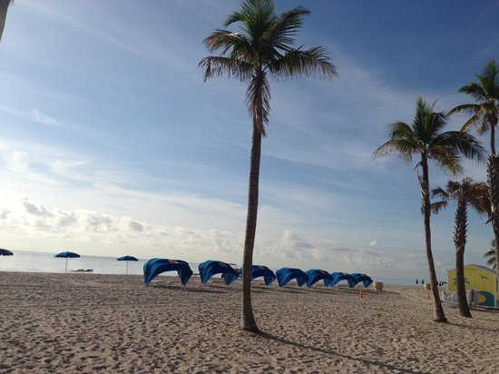 Hollywood Beach Suite and Hotel: Strand hinter dem Hotel