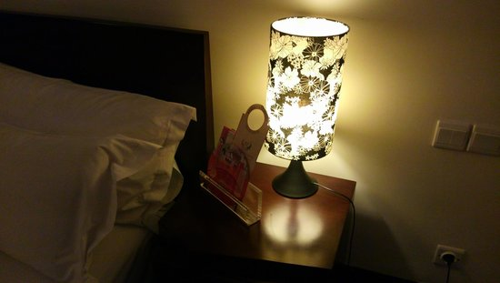 Merlynn Park Hotel : ベッドサイドの灯り
