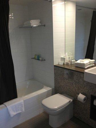 The George Christchurch: Bathroom