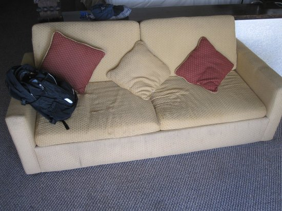 Las Rocas Resort and Spa: Sagging sofa