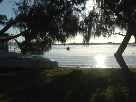 Rays Resort Apartments : The Broadwater is directly across the street - Tony Scott