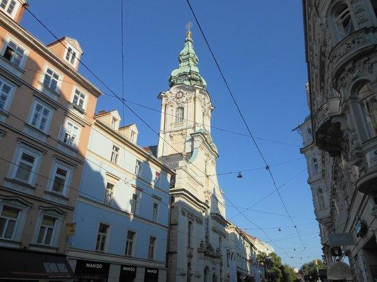 Stadtpfarrkirche: Vista dalla Herrengasse