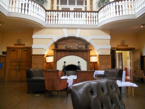 Best Western Chilworth Manor Hotel: the main entrance and bar area