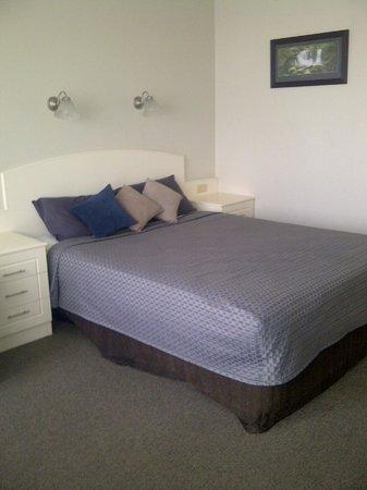 Acacia Motel: Queen size bed